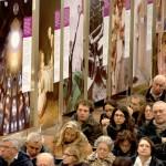 Imola, presentazione - Il pubblico e, sullo sfondo, alcuni pannelli
