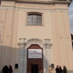 Gorla Maggiore (VA) - Lo striscione all'esterno della chiesa di San Carlo