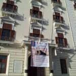 Salerno - Il drappo della mostra campeggia sul balcone della Provincia di Salerno
