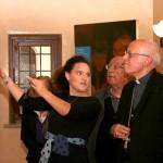 Frosinone, inaugurazione - La prima visita guidata. Elena Catelli del Centro Culturale Giovanni Paolo II illustra la mostra a Mons. Ambrogio Spreafico
