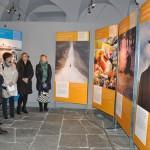 Sondrio, inaugurazione - Sandro Chierici, curatore della ricerca iconografica, conduce la visita guidata