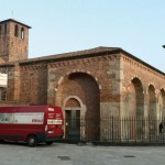 Milano, S. Ambrogio - Il furgone di Itaca all'ombra della basilica